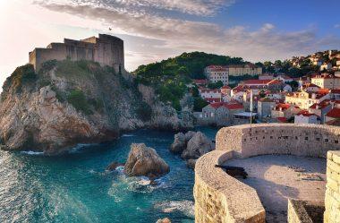 Croácia e suas cachoeiras com montanhas impressionantes